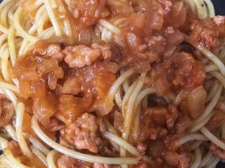 番茄肉酱意面,加入肉酱拌匀