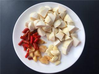 芋儿鸡,将配菜切成如图所示。