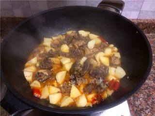 芋儿鸡,煮至汤汁浓稠即可出锅。