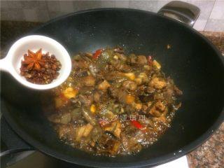 芋儿鸡,放入花椒和八角翻炒10秒。