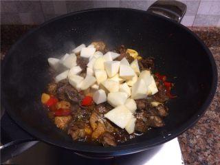 芋儿鸡,放入芋头翻炒20秒。