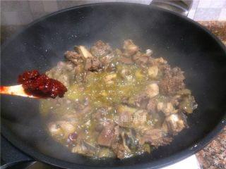 芋儿鸡,放入1勺豆瓣酱翻炒20秒。