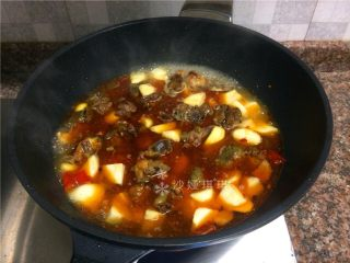 芋儿鸡,倒入三倍菜份量的清水煮开。