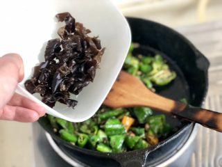 绿丛篱菊点娇黄➕豆豉青椒荷包蛋,加入木耳炒一分钟