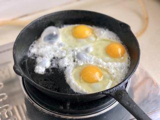 绿丛篱菊点娇黄➕豆豉青椒荷包蛋,全部食材改刀后,我们来煎鸡蛋,大家用自己趁手的锅,这个蛋最好是双面煎,蛋黄老一点没关系,因为要切块,如果是糖心蛋,一切块就流心了😛