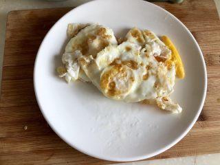 绿丛篱菊点娇黄➕豆豉青椒荷包蛋,煎好的鸡蛋盛出