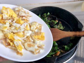 绿丛篱菊点娇黄➕豆豉青椒荷包蛋,转中火,加入煎蛋块,翻炒均匀