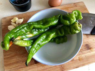 绿丛篱菊点娇黄➕豆豉青椒荷包蛋,螺丝椒去蒂去籽揉搓清洗干净,怕辣的宝宝记得把辣椒里的筋撕掉