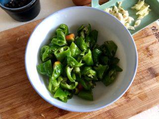 绿丛篱菊点娇黄➕豆豉青椒荷包蛋,螺丝椒切小块