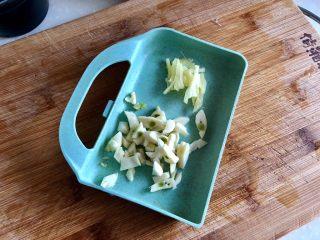绿丛篱菊点娇黄➕豆豉青椒荷包蛋,开始改刀:姜切姜丝,蒜切粗蒜蓉