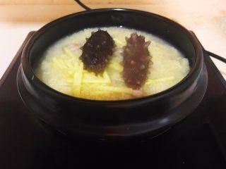 元气早餐  砂锅海参小米粥,加入海参,煮3分钟