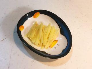 元气早餐  砂锅海参小米粥,把另一半鲜姜切成细丝
