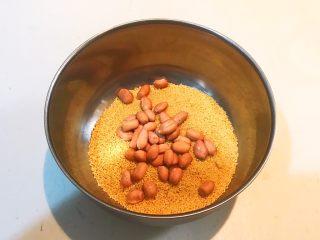 元气早餐  砂锅海参小米粥,把花生倒入小米里