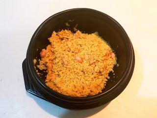 元气早餐  砂锅海参小米粥,淘米后把小米和花生米倒入砂锅