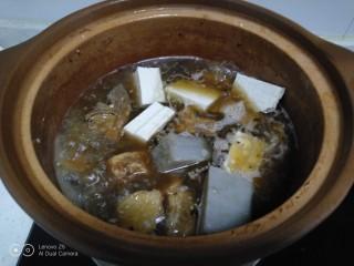 排骨炖豆腐、金针菇,大火煮开加入豆腐、皮扎转中火炖3分钟。