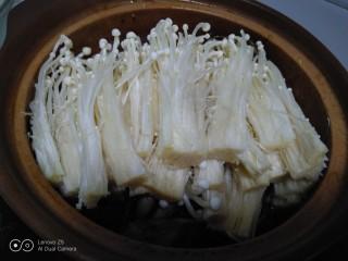 排骨炖豆腐、金针菇,加入金针菇。