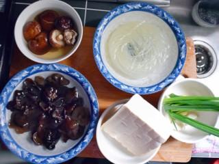 美味素包子——豆腐粉条黑木耳香菇馅,准备馅料所需的食材。干香菇和干木耳提前用水泡发,粉条也提前半个小时用温水泡软。