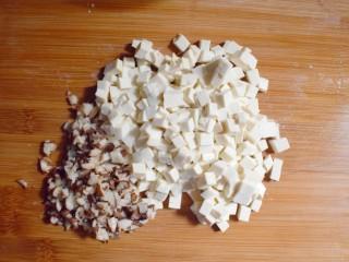美味素包子——豆腐粉条黑木耳香菇馅,将豆腐和香菇切成小块。