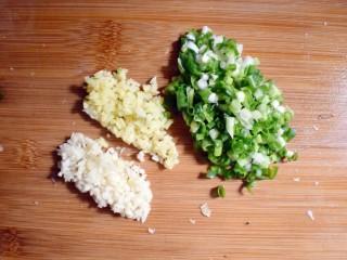 美味素包子——豆腐粉条黑木耳香菇馅,葱切成葱花,蒜、姜切成沫。