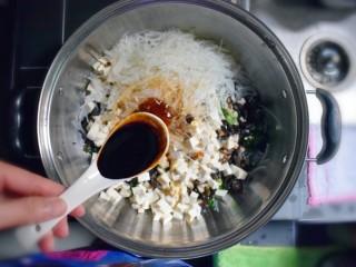 美味素包子——豆腐粉条黑木耳香菇馅,将切好的豆腐、黑木耳、粉条、香菇、葱、姜、蒜混合装入一个大的容器中,加入3勺生抽、3勺老抽、2勺耗油、3勺植物油,1勺香油。