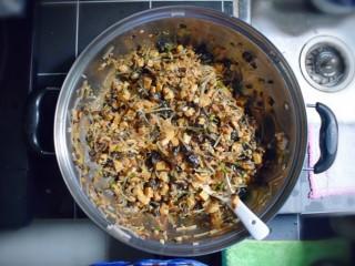 美味素包子——豆腐粉条黑木耳香菇馅,沿一个方向搅拌均匀,则馅料即完成。