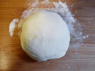 美味素包子——豆腐粉条黑木耳香菇馅,将发好的面复揉,排气,成光滑的面团。