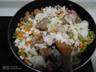 豆腐皮扎排骨炒米,翻炒均匀,加入生抽、盐。