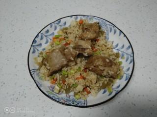 豆腐皮扎排骨炒米,盛入盘中。