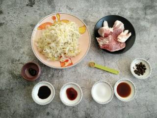酸菜猪肉饺子,准备所需食材。