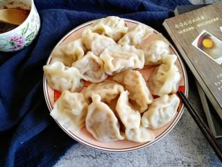 酸菜猪肉饺子,饺子煮好后 用笊篱沥出多余汤汁 盛盘即可。