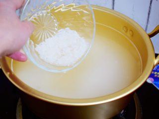 百合粥,锅中烧开水,放入大米