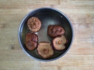 八宝百财福袋,香菇泡发。