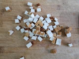 八宝百财福袋,豆腐干切小丁。