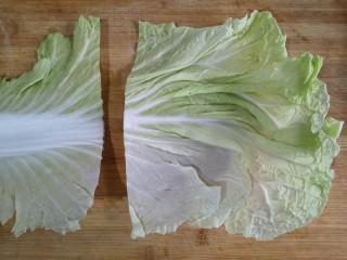 八宝百财福袋,白菜洗净,将菜叶和菜帮切分。