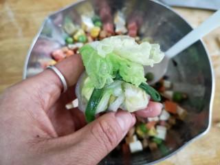 八宝百财福袋,将一圈的菜叶收起来,用韭菜缠绕后打结。