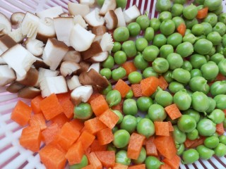 彩蔬虾仁蛋炒饭,青豆去壳,胡萝卜和香菇切丁