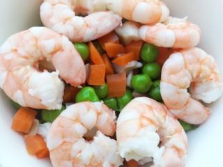 彩蔬虾仁蛋炒饭,虾仁也焯水后捞出备用