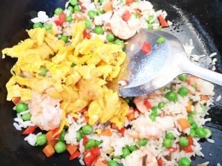 彩蔬虾仁蛋炒饭,加入事先炒熟的鸡蛋进行翻炒