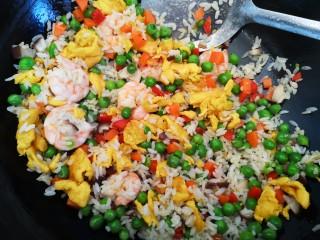 彩蔬虾仁蛋炒饭,搅拌均匀