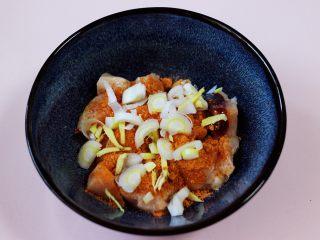 少油减脂的劲爆鸡米花,最后加入切碎的葱姜。