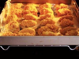少油减脂的劲爆鸡米花,烤箱提前预热后,把烤盘入烤箱的中层。