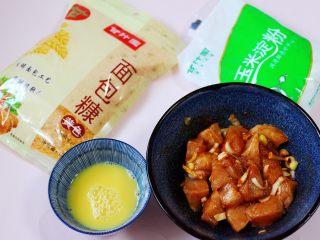 少油减脂的劲爆鸡米花,准备好面包糠,玉米淀粉和全蛋液。