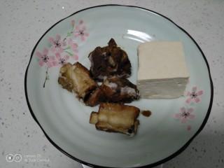 豆腐排骨炒白菜,排骨、豆腐准备好。