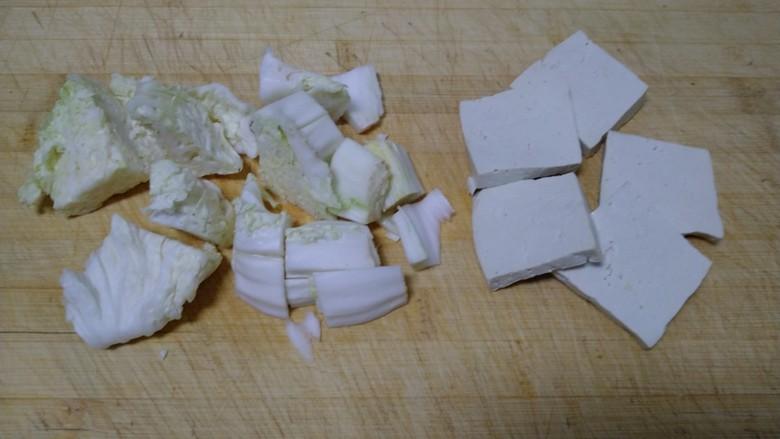 豆腐排骨炒白菜,豆腐、白菜切好。