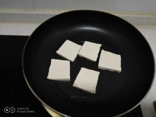 豆腐排骨炒白菜,不粘锅中放入少许油,放入豆腐。