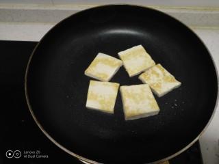 豆腐排骨炒白菜,煎至两面金黄。