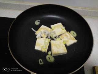 豆腐排骨炒白菜,放入葱碎炒香。