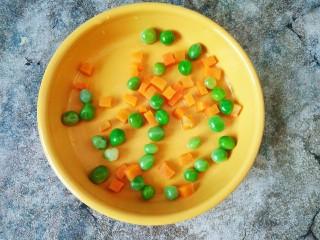 原汁皮冻,可以加点青碗豆和胡萝卜丁(提前煮熟的)