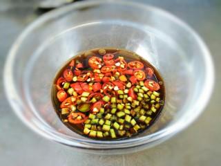 原汁皮冻,调一碗料汁:生抽,陈醋,白糖,辣椒油,芝麻油,小米辣,香菜末