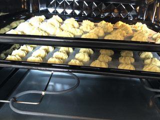 黄油曲奇,放入提前预热好的烤箱,上下火150度烤20分钟